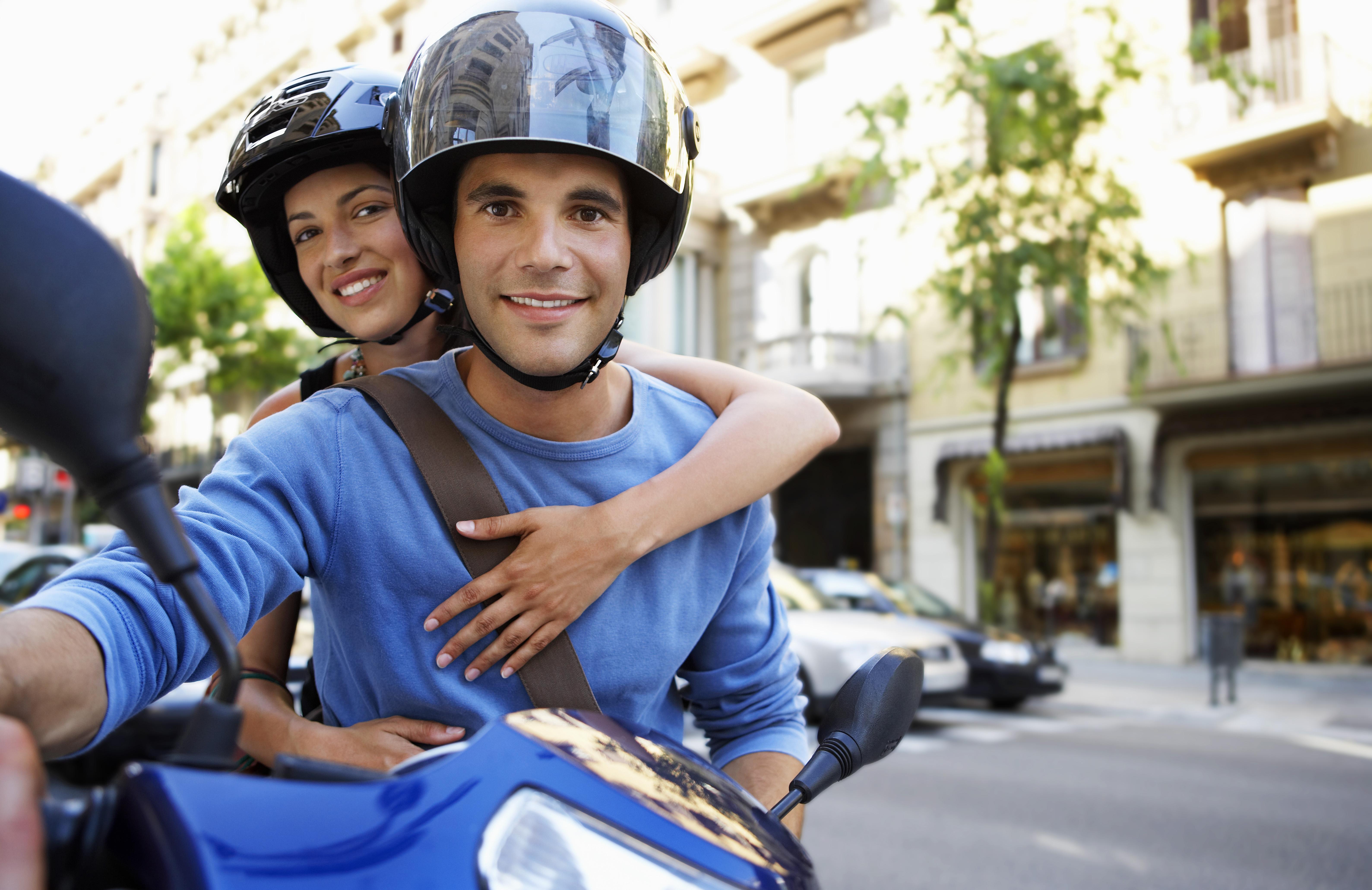 persoane calatorind pe motocicleta