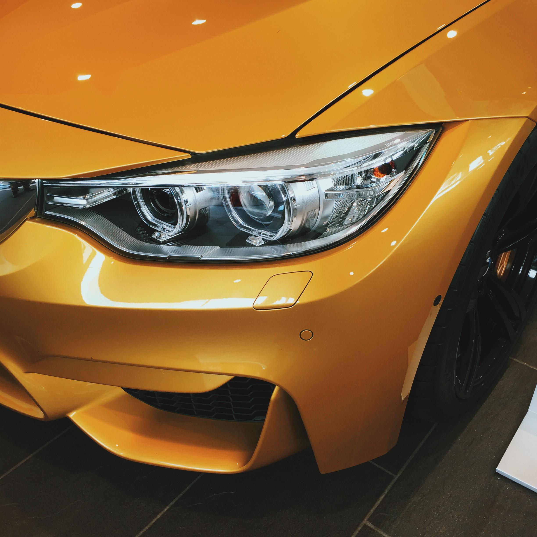 mașină galbenă