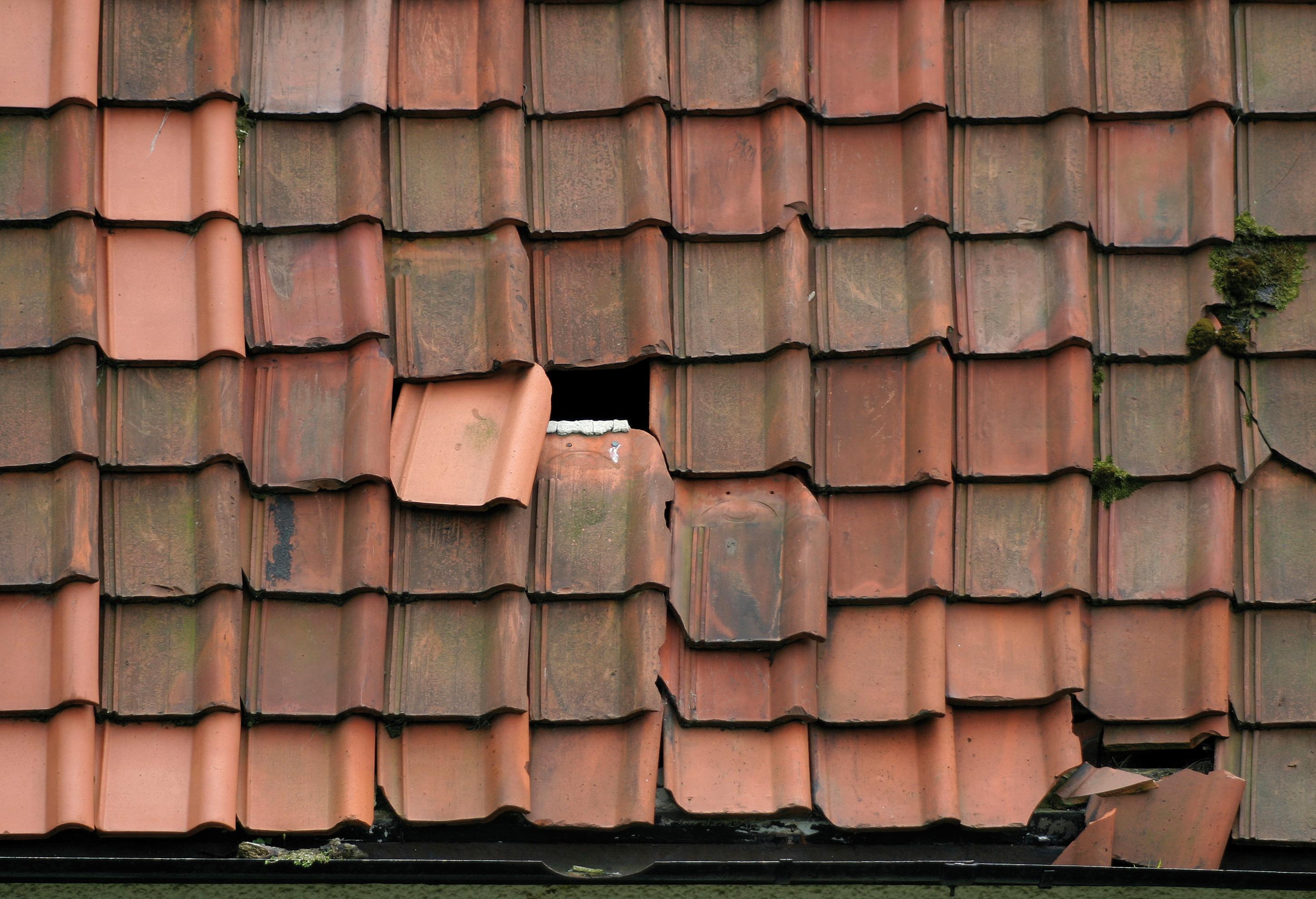 acoperiș casă spart
